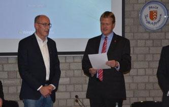 Bürgermeister Speckmann vereidigt Hermann Ludewig (links) als seinen neuen ersten Stellvertreter (Bild: Haller Kreisblatt)