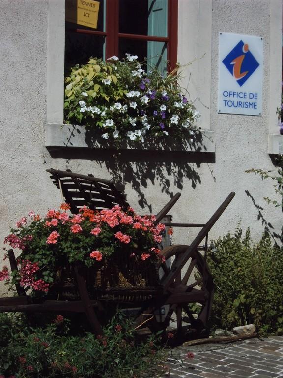 Brouette fleurie cité médiévale Mennetou sur cher