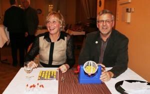 Bild:Sibylle Pries und Klaus Albers an der Bingomaschine