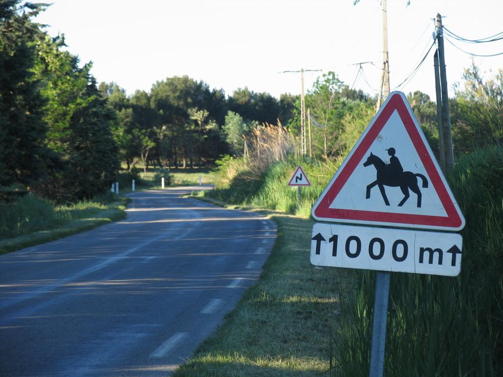 Nach 50 Metern folgt links die Einfahrt zum Mas Blanc