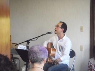 賛美を歌うナムエン氏