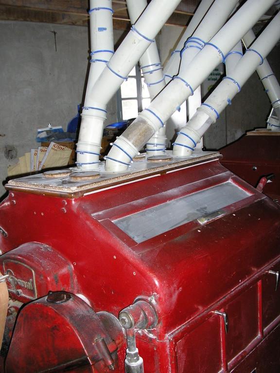 La dernière machine se compose de 4 cylindres d'où ressortent les différents produits finis (farine, remoulage...)