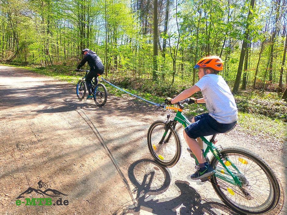 Testfahrer Jan und Jenny mit Fynn und dem Abschleppseil für Fahrräder