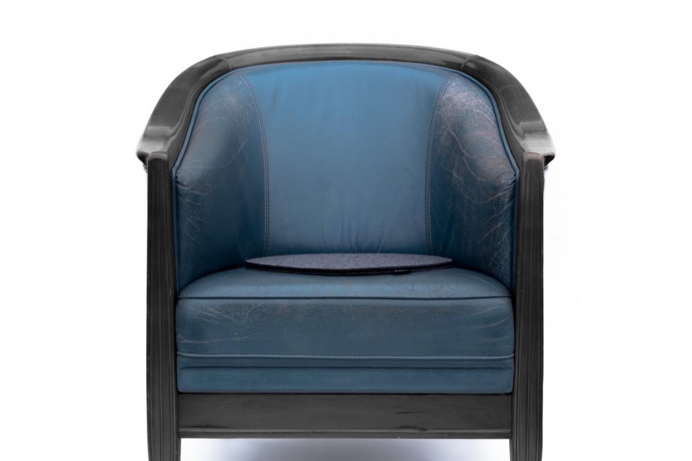 Rob&Raf Sitzkissen Sitzunterlage aus Wollfilz in Anthrazit, Rund auf Ledersessel Stuhl Blau mit Holz