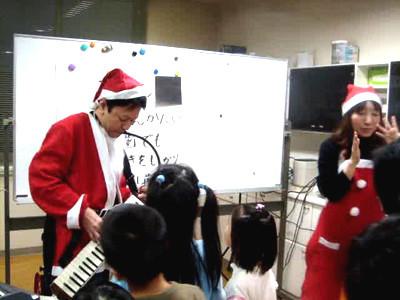 写真は恒例のクリスマス会。院長はピアノが弾けるのでいろんな曲をこどもたちに聞かせてくれます。
