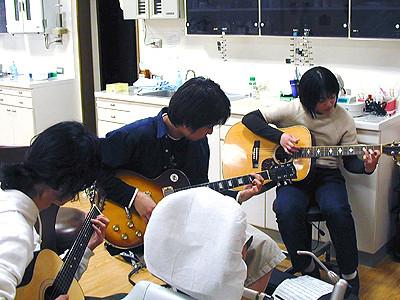 ときにはギターも教えます!桑原院長、多芸です。