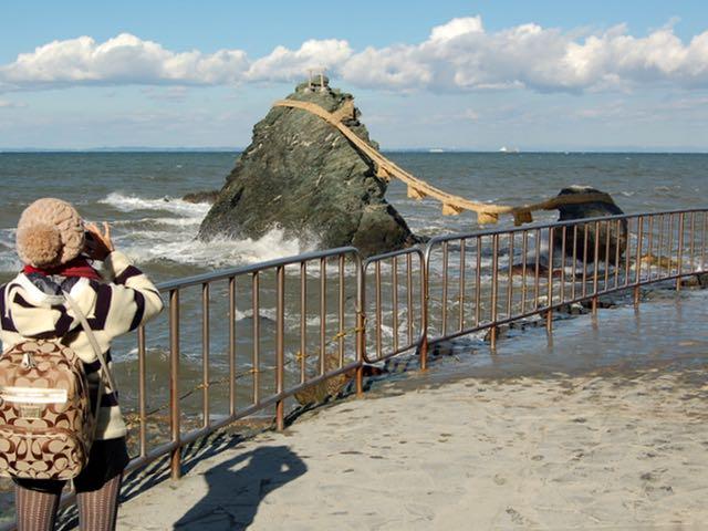 海風も心地良い夫婦岩。記念写真をパシャ
