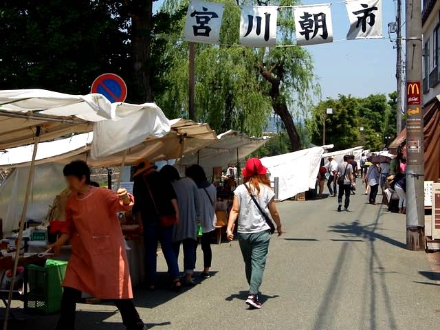 宮川沿いの路上で毎日開催される朝市