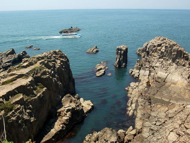 日本海の波による侵食で出来た東尋坊