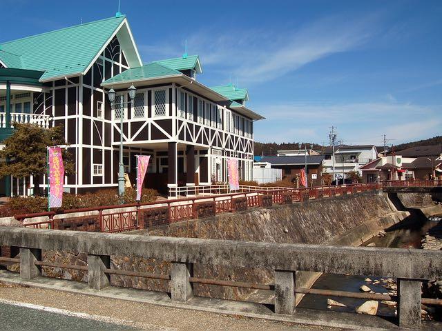 カフェやレストランがある大正村浪漫亭の横を通って
