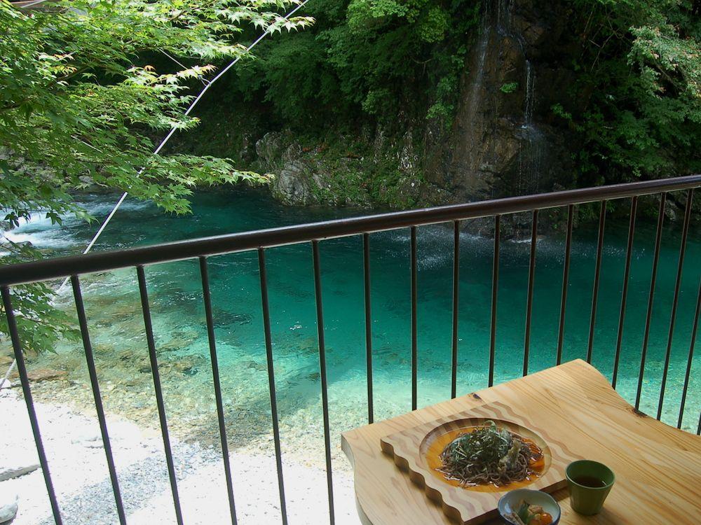 隠れ家のような食事処のテラス席で、付知川を眺めながら昼食