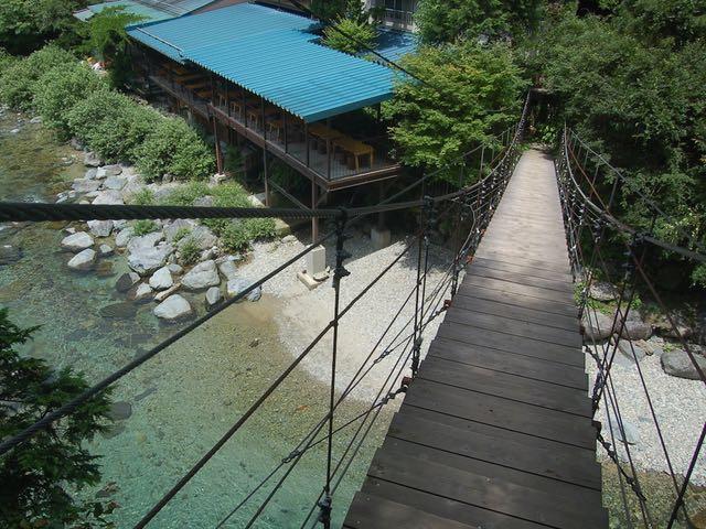 ゆらゆら揺れる吊橋が食事処専用の入口