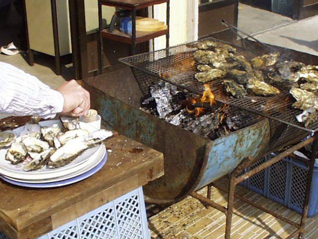 かき小屋で浦村がきを食す。1個100円なり