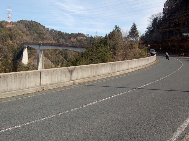 県道33で小里川ダムを越え、小里城大橋を渡る