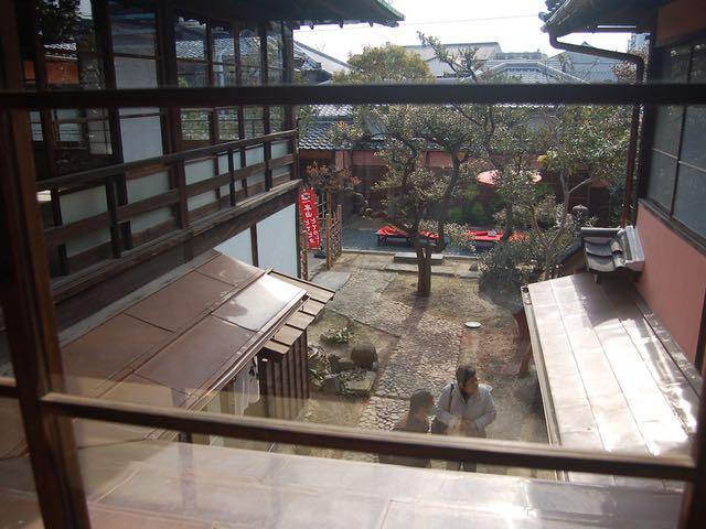庭で抹茶・和菓子セットもいただける半六邸