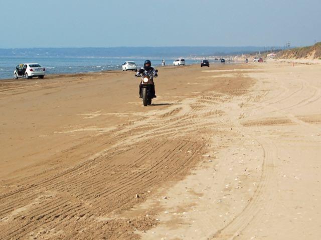 砂の路面の感触はほとんどアスファルトを走るのと一緒