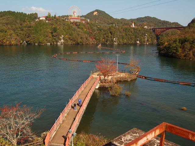 写真中央が弁天島。対岸には観覧車や紅岩が・・・