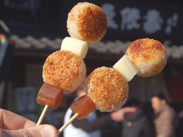 守口漬と奈良漬が刺さった醤油おこげ串、1本160円