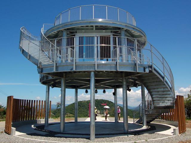 今年完成した萩太郎山の立派な展望台
