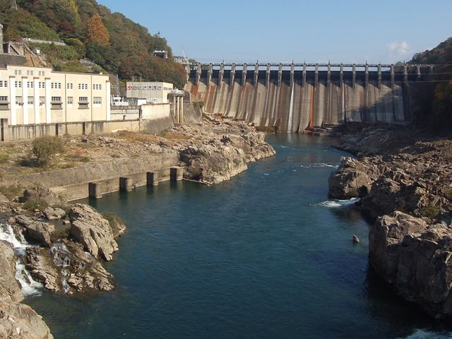 迫力ある大井ダム。正面の東雲橋の上からパシャ