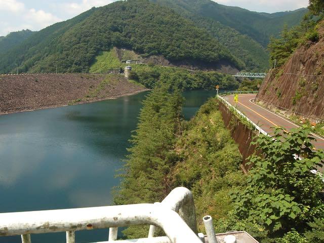 岩石や土砂を積み上げて造られた岩屋ダム(写真奥)