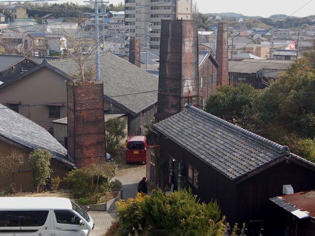 数本の煙突が残る昔ながらの路地を散策