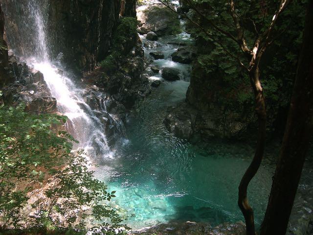 観音滝の滝壺が美しい。この右に不動滝がある
