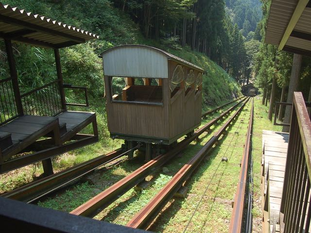 全国でも珍しいという木製ケーブルカー