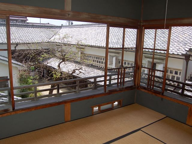旧家を見学。木造二階建ての勝川家で