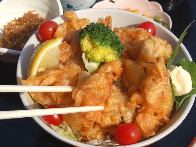 大あさりカリカリ丼。貝汁と佃煮、漬物付きで950円
