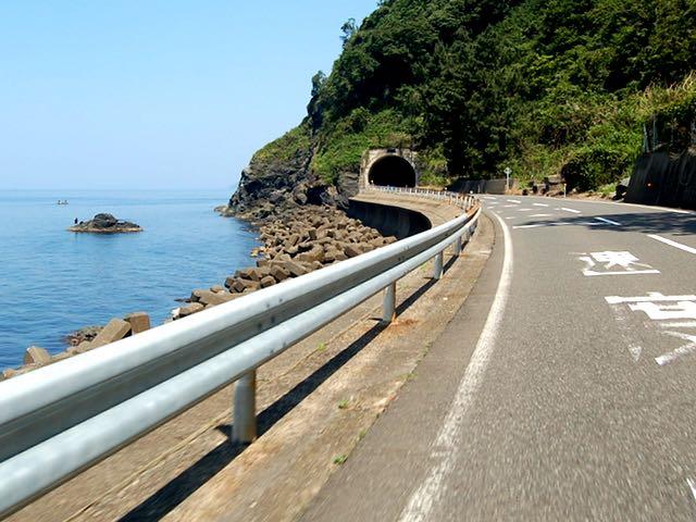 青い空と日本海を眺めながらしおかぜラインを進む