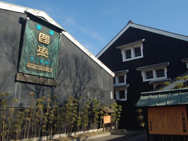 黒塗りの壁と白い漆喰窓が美しい酒の文化館