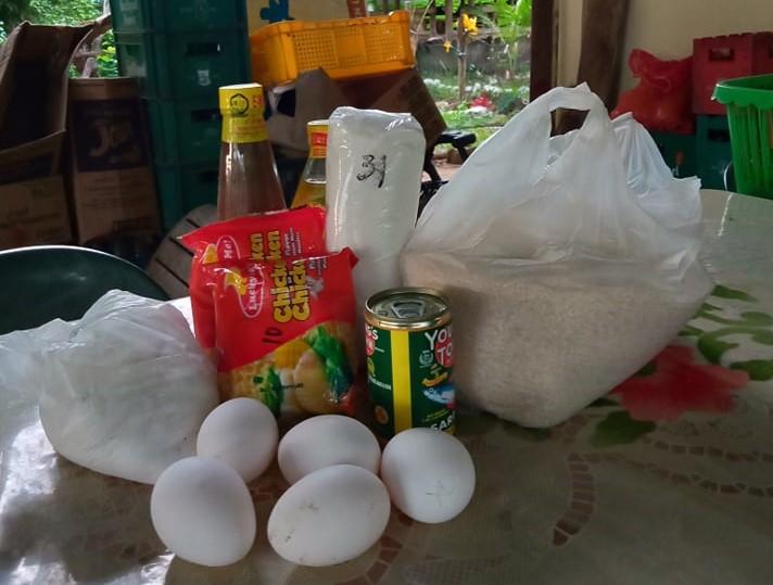 配布した食料セット(米はセンターで収穫したもの)
