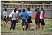 先生から植林の方法を教わりながら実践する生徒たちの様子