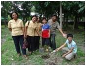 植林した木の前で。 先生たちも積極的に参加しています!