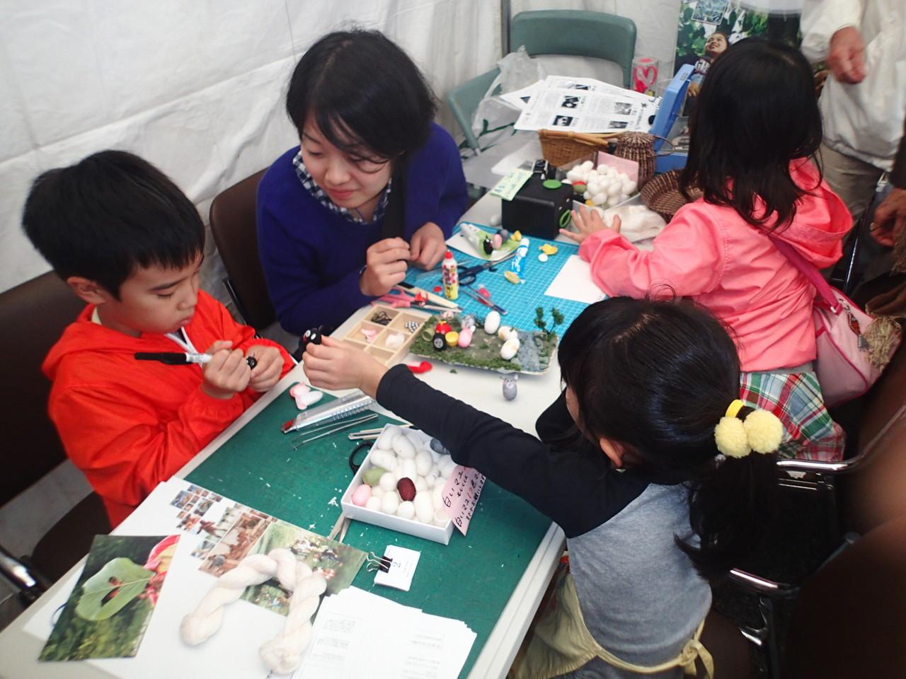 まゆ人形作り体験では、子どもたちも一生懸命まゆ人形を作ります。