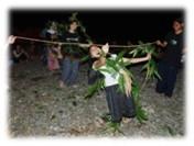リンボーダンスの衣装とロープも、自分たちで育てた木から作りました。
