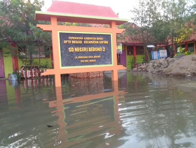 工事初日は海水面の上昇に伴い学校周辺一帯がここ数年で最悪の洪水に見舞われた