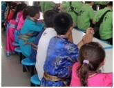 民族衣装で国際交流活動に参加する子どもたち