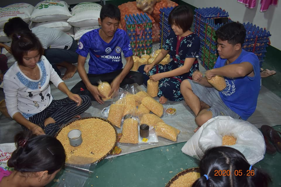 豆や米の袋詰めもスタッフが協力して行いました