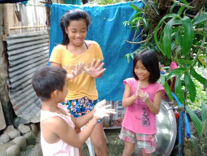 配布した石鹸で手洗いを行う子どもたち