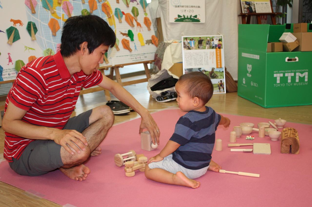 木のおもちゃで遊ぶ子どもたち
