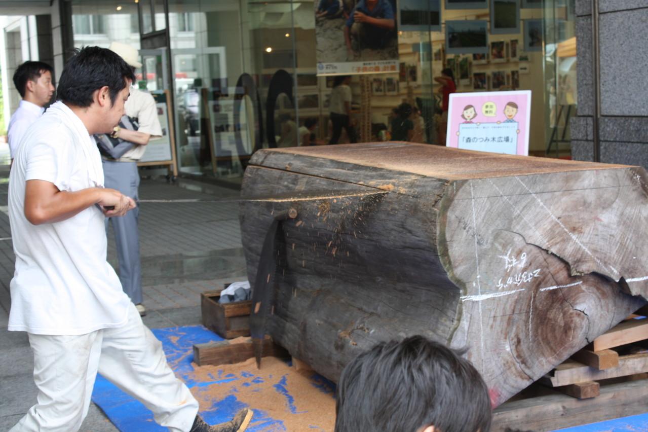 7月20日には日本の伝統的技法である木挽きのパフォーマンス(協力:もくもくサンワ)