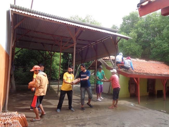 古いトイレの解体作業に参加する保護者代表