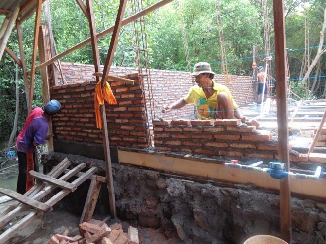 鉄筋とレンガを用いた壁工事