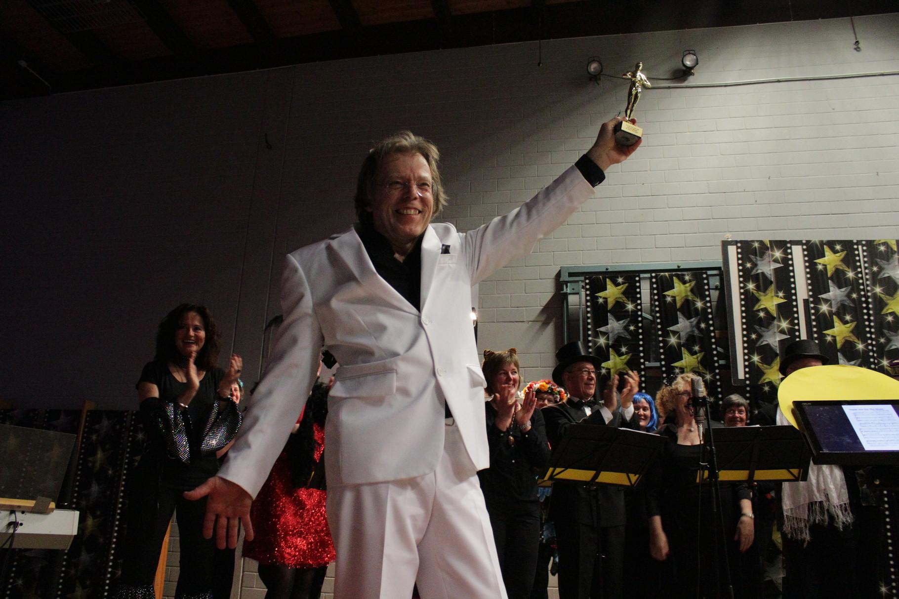 Da Capo-Konzert am 21. März 2015. Dirigent Andreas Mlynek bekommt für 10 Jahre bei Da Capo einen goldenen Oscar. Foto: Konder