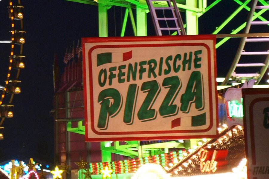 ... So fehlte bei einer Pizza fast vollkommen der Belag, bei der anderen schmeckte der Käse nach reiner Chemie, wiederum kam bei einem anderen Stand die Pizza fast kühl wieder aus dem Ofen. Schade!