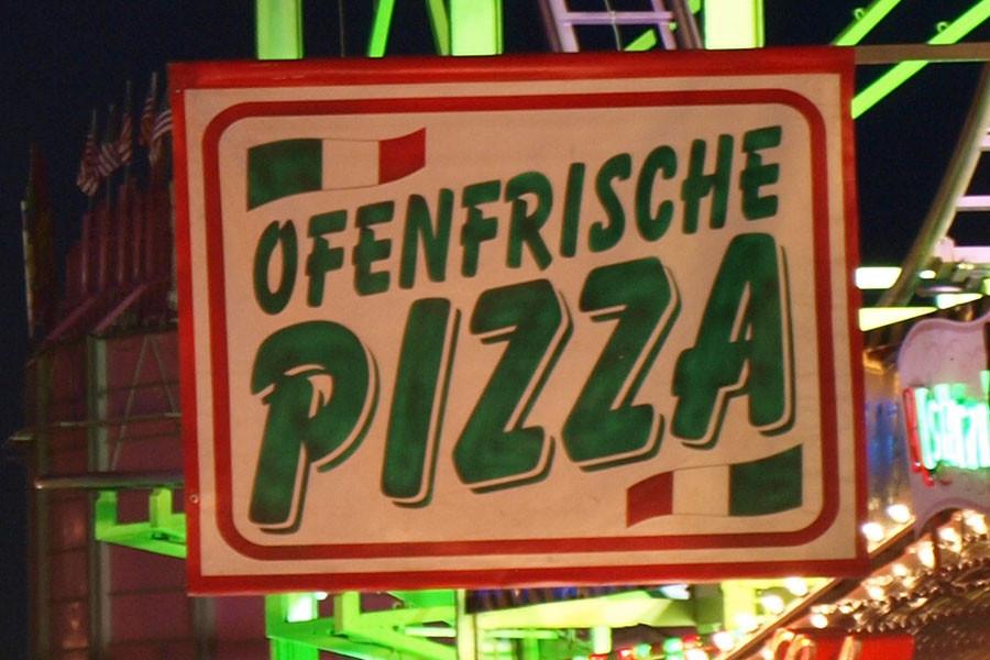 Enttäuscht haben auch die verschiedenen Pizza-Verkäufer. Wir haben an vier verschiedenen Ständen probiert und keine der Pizzen konnte auch nur annähernd überzeugen. ...