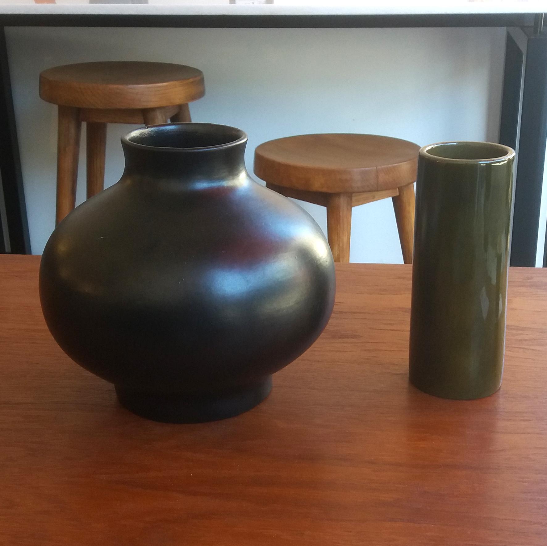 Vase noir et vase rouleau, c. 1970