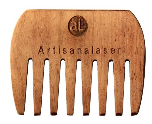 Gravure laser d'un peigne afro à dents larges en bois